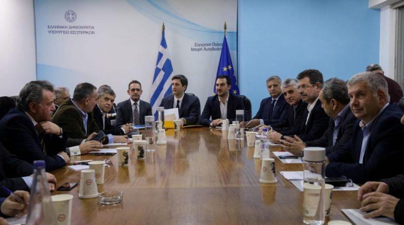 Ο Πρόεδρος του Σ.Π.Α.Π. και Γενικός Γραμματέας του Εποπτικού Συμβουλίου της Κ.Ε.Δ.Ε. Βλάσσης Σιώμος στη σύσκεψη της Κ.Ε.Δ.Ε. με τους Υπουργούς Οικονομικών και Εσωτερικών για την Υπουργική Απόφαση που προβλέπει τη μεταφορά των ταμειακών διαθεσίμων των Ο.Τ.Α. στην Τράπεζα της Ελλάδος