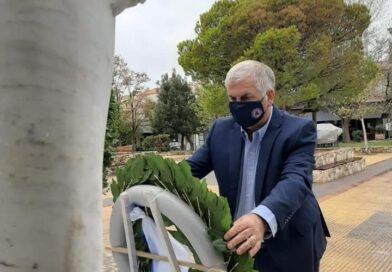 Κατάθεση στεφάνου από τον Πρόεδρο του Σ.Π.Α.Π., Αντιπρόεδρο του Εποπτικού Συμβουλίου και Πρόεδρο της Επιτροπής Πολιτικής Προστασίας της Κ.Ε.Δ.Ε.  Βλάσση Σιώμο  στην μνήμη των ηρώων κατά τον εορτασμό της 28ης Οκτωβρίου στη Νέα Πεντέλη